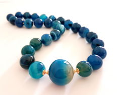 A necklace made of agate stones and 585/1000 gold clasp + dividing pearls, necklace length: 44.5 cm
