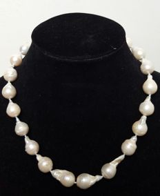 Silver .925 – Necklace with big pearls cultured in fresh water – Length:  47 cm – Pearls between 12 and 25 mm