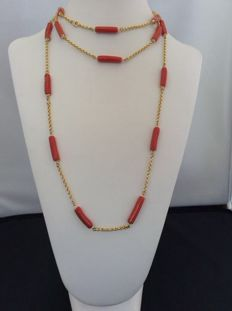Very unique necklace of top-end jewellery, in 18 kt yellow gold, with Mediterranean red coral hand crafted into small tubes – Necklace length 64 cm
