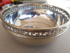 Small candy bowl in Silver 800 with openwork decoration.