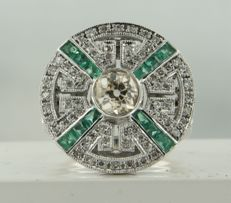 14 kt white gold ring in Art Deco style with a central 0.85 ct old European cut diamond and an entourage of emeralds and 68 single cut diamonds, ring size 17.25 (54)