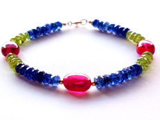 A bracelet made of sapphire, rubellite and peridot. 585/1000 gold clasp - length: 18.5 cm