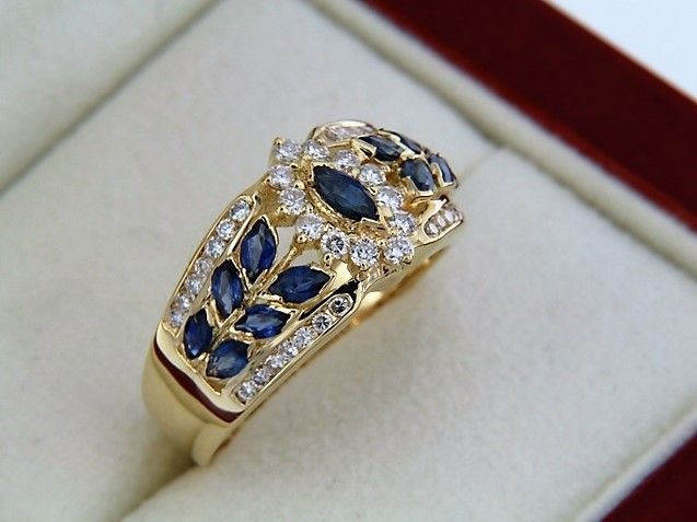 Gold ring with 13 sapphires – central entourage of diamonds – size 56