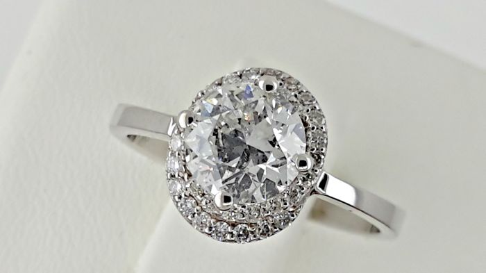 1.23 ct round diamond halo ring in 18 kt white gold - size 5,5
