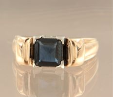 18 kt bi-colour gold retro ring set with a 1.50 carat carre cut sapphire, ring size 17.25 (54).