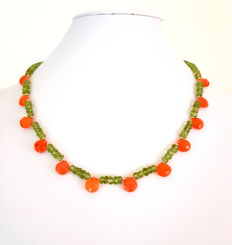 Peridot and carnelian necklace with 585 / 1000 yellow gold clasp as well as 585 / 1000 yellow gold dividing beads