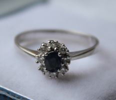 14 kt white gold entourage ring inlaid with diamond, 0.08 ct, VVS/H and sapphire - ring size: 15.25