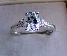 14 kt / 585 white gold ring with aquamarine oval, 1.10 ct and brilliants of 0.06 ct - ring size 20