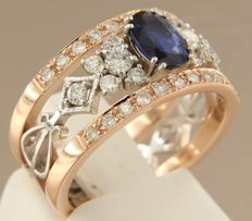 14 kt bicolour gold band ring, set with 0.80 ct, oval and facet cut sapphire in the centre, and 34 brilliant cut entourage diamonds of 0.66 carat, ring size 17.5 (55)