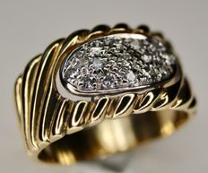 585/14kt Yellow gold ring with natural brilliant cut diamonds in White gold. Excellent condition.
