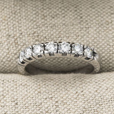 White gold (750/18 kt) - 7 brilliant cut diamonds of 0.80 ct in total - Ring size: 14 (SP)