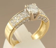 18k yellow gold ring with 0.70 carat solitaire diamond and 32 brilliant cut diamonds on four sides, ring size 18.5 (58)