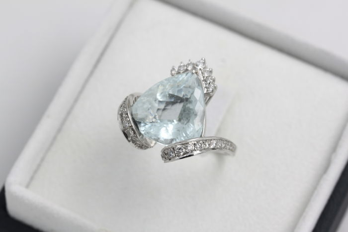 Ring in white gold with diamonds and 14 ct aquamarine – Hand-crafted