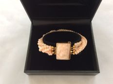 18 kt gold twisted bracelet, pink coral. 6 strands of spheres, 0.3 mm, with hand-engraved clasp. Length: 21 cm