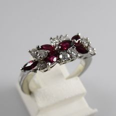 18 kt white gold ring, with rubies and diamonds, ring size 16 (50)