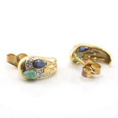 Yellow gold, 18 kt – Earrings – Sapphire, 0.40 ct – Emerald, 0.40 ct – Brilliant cut diamonds, 0.30 ct – Earring height: 13.35 mm