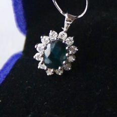Handmade 585 white gold pendant with brilliant-cut diamonds, G/VVS and a natural sapphire, 1.85 ct in total. Excellent condition