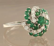 14 kt white gold ring set with brilliant cut emerald and diamond, approx. 1.00 ct in total, ring size 17.5 (55)