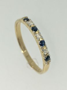 Gold, 14 kt, eternity ring set with blue sapphire and brilliant cut diamond, approx. 0.09 ct.