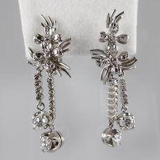 Long earrings with 0.90 ct diamonds in total, length 4 cm