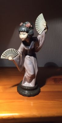 Lladro - Salvador Debon - Japanese girl with fan