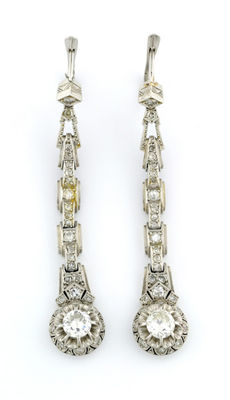 Set of long earrings in 18 kt gold with brilliant cut diamonds of 0.43 ct and 0.39 ct (IGE certificate) plus 56 diamonds