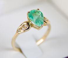 2.24 ct emerald gold ring with diamonds.  Ring size: 18.4 mm. (8.5 US) - No reserve.