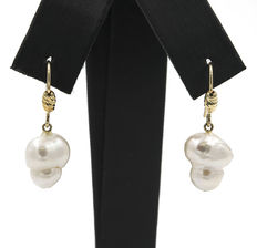 Yellow gold (18 kt) – Earrings – Baroque pearl – Maximum earring height: 28.75 mm