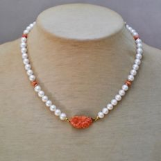 Necklace with pearls, coral and 18 kt / 750 yellow gold – length 43 cm
