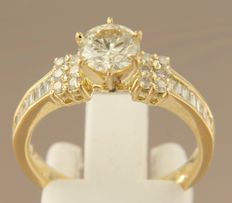 Yellow gold ring set with 0.84 ct solitaire diamond and 26 brilliant/baguette cut diamonds - ring size 17.25 (54)