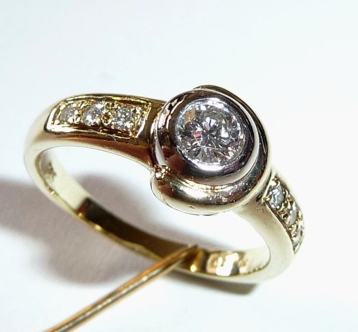 Hallmarked 14 kt gold ring with 0.28 ct diamonds – centre-set 0.22 ct diamond  H/VVS ; Ring size 51 / 16.2 mm