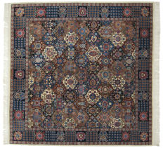 Antique manufacture – Peking rug – Beijing, China – Hand-knotted with wool – Size: 202 x 202 cm – Galleria Farah 1970