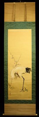 Beautiful scroll painting of a crane bird & prune blossom branch, painted on silk and signed with 白秀 (Hakushu) - Japan - approx. 1900