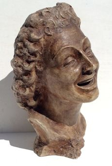 Laughing woman with long curly hair - 5.2 kilos - 44 cm in height - A real eye-catcher