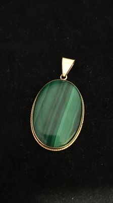 Gold pendant, 14 kt, with malachite, 4.4 cm long.