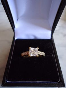 14 Kt Gold Ring with 1.9 carats Cubic Zirconia  - Unworn