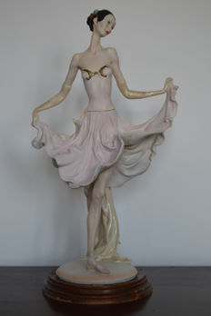 Great ballerina dancer in porcelain & bisquit on a wood base (48,5 high)