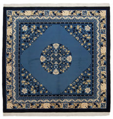 93321 – Antique manufacture – Authentic oriental rug from Beijing, China – 1960s/1970s – Hand-knotted – Size: 200 x 200 cm – With certificate of authenticity from an official appraiser – (Galleria Farah 1970)