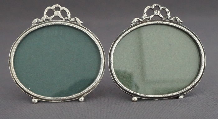 2 resting oval photo frames decorated with bow, first half 20th century