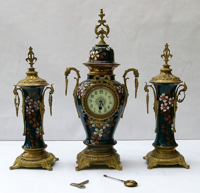 3-part mantle clock set, glazed with metal foot, lid and side pieces - Villeroy & Boch - around 1900/1910