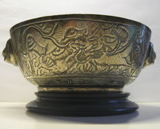 Cast bronze engraved censer with lion-heads, Xuande-mark - China - ca 1920