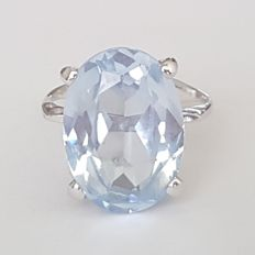18 kt white gold ring with a blue spinel of 9 ct – Size: 19.1 mm, 20/60 (EU)