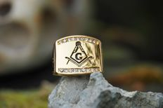 18K gold plated Stainless Steel Masonic Signet Ring - 18 brilliant cut stones - late 20th century.