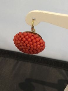 Red coral earring characterized by a large 18 kt yellow gold mounting with a Pompeian-style clasp – Coral spheres of 0.2 mm