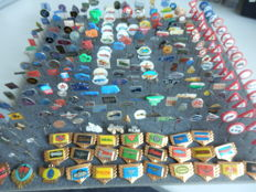 Large collection of 280 x automobile and transport pins Indian, Jaguar, Mercedes, BMW, Rover, Saab, Heinkel, Aston Martin and many others.