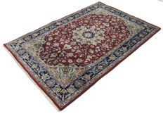 (Size: 162 cm x 108 cm)Old manufacture authentic original oriental Persian carpet KUOM SHAREZA (HAND-KNOTTED) (Period: 1960-1070) With certificate of authenticity from an official appraiser - (Galleria Farah 1970)