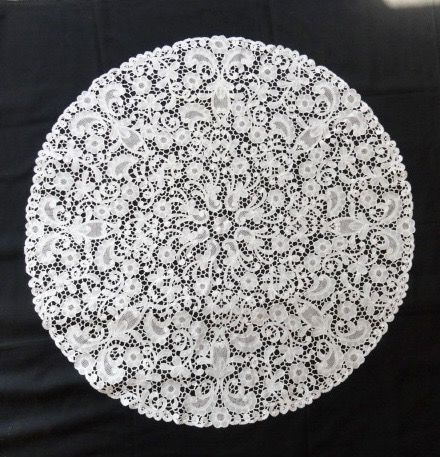 Round linen table cloth of handmade Brussels bobbin lace. Colour: white.  Origin: Belgium. Diameter 92 cm., Belgium, second half of 19th century.
