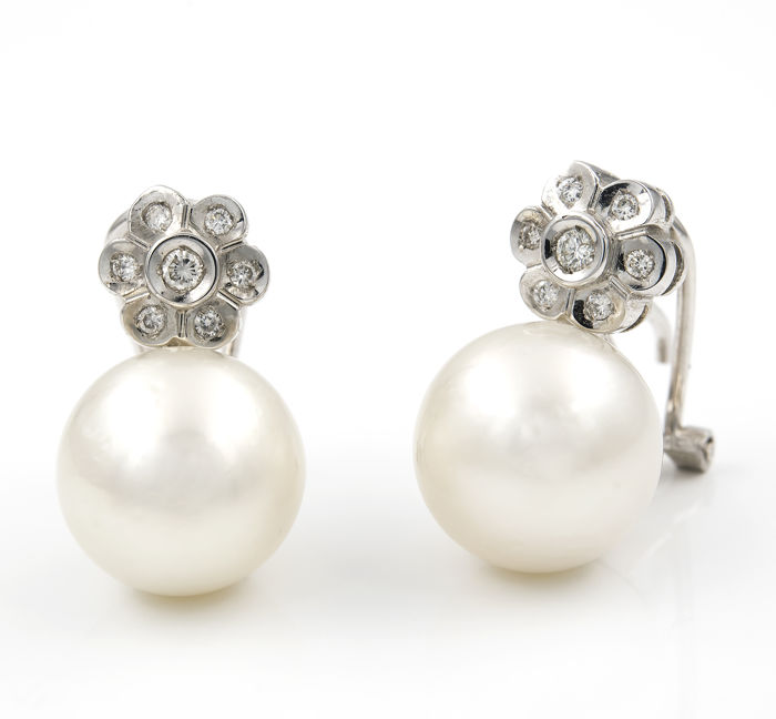 18 kt white gold - Earrings in flower design - Brilliant-cut diamonds - Australian South Sea pearls - Earring height: 19.15 mm.
