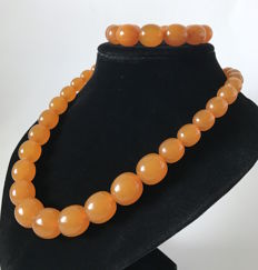 Vintage Baltic Amber necklace & bracelet in opaque butterscotch, in weight: 80 grams