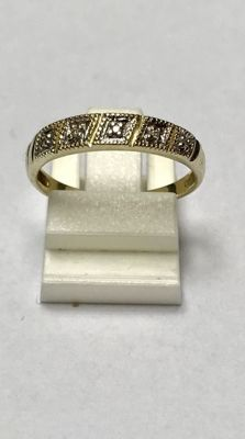 Ring in 14 kt gold with 5 diamonds totalling 0.05 ct – size: 17.